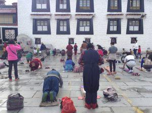 Buddhist devotees doing the Quota around Jokang temple