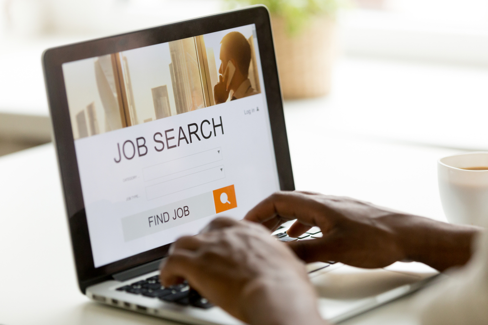finding jobs abroad, how to make money while traveling the world